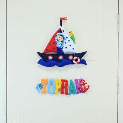 Toprak isimli Dolgulu Harfli Denizci Çocuk Kapı SüsüToprak isimli Dolgulu Harfli Denizci Çocuk Kapı Süsü Kapı