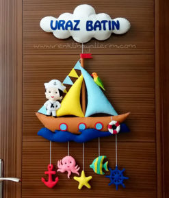 Uraz Batın isimli kahverengi bebek kapı süsü - Kahverengi Denizci Bebek Kapı Süsü