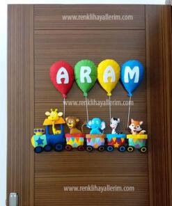 Aram isimli trenli erkek bebek kapı süsü
