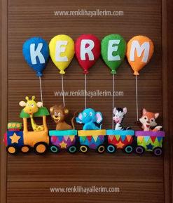 Kerem isimli trenli erkek bebek kapı süsü