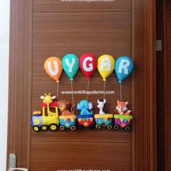 Uygar isimli bebek odası kapı süsü trenli