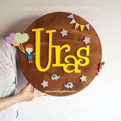 Uras isimli Balonlu Çocuk Pano Ahşap Bebek Kapı Süsü