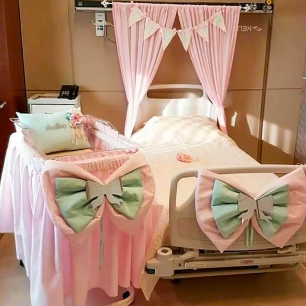 Büyük fiyonklu bebek beşiği ve anne yatağı süsü